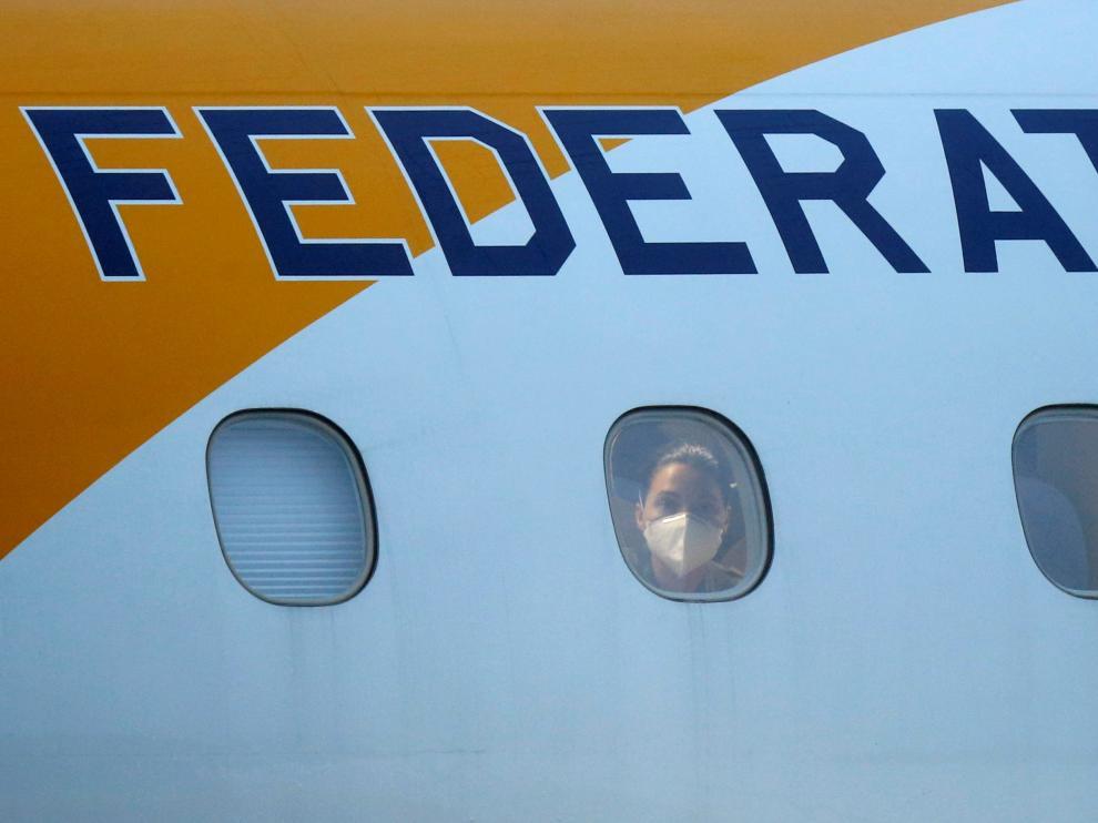 Una pasajera que viaja en un avión procedente de Wuhan.