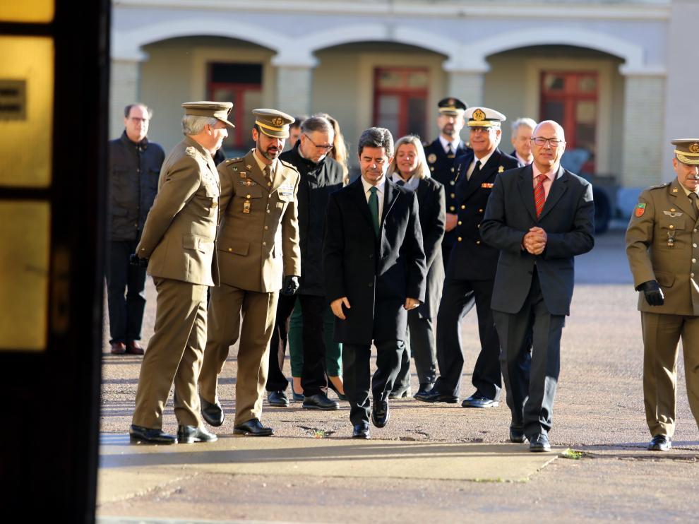 Visita del alcalde de Huesca al cuartel junto a responsables del Ministerio y del Ejército.