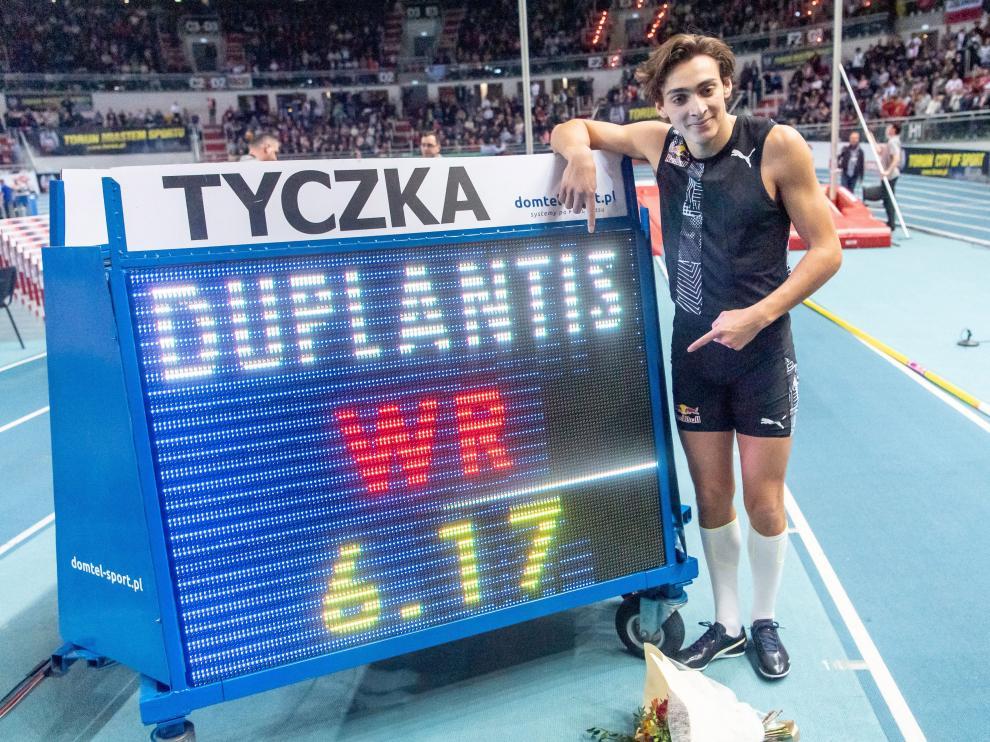 Armand Duplantis logra un nuevo récord mundial.