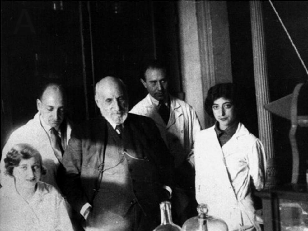 Carmen Serra (hermana de Manuela), José María Villaverde, Santiago Ramón y Cajal, Fernando de Castro y Enriqueta 'Ketty' Lewy.