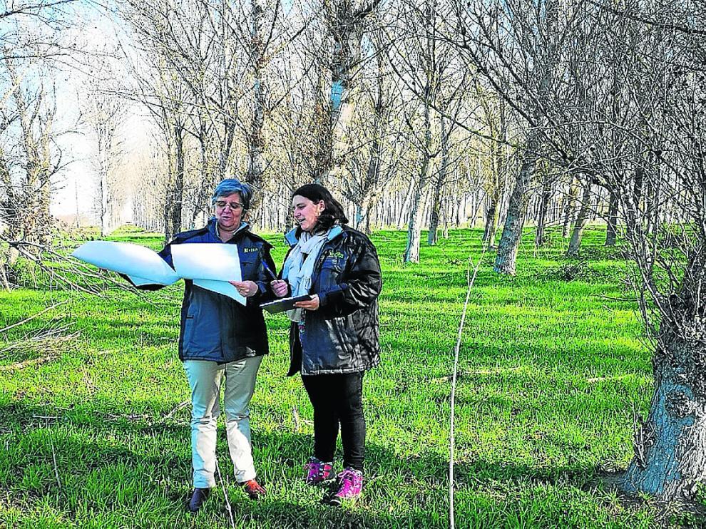 Las investigadoras Auxi Casterad y Raquel Salvador analizan las áreas de estudio.