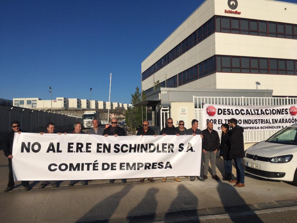 La eurodiputada Sira Rego ha visitado esta mañana al comité de Schindler para mostrar su solidaridad con los 119 despidos incluidos en el ERE presentado por la compañía