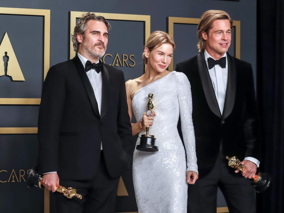 Joaquin Phoenix, Renee Zellweger y Actor Brad Pitt posan con sus Óscar