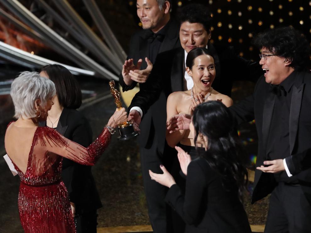 Kwak Sin Ae y Bong Joon Ho reciben el premio a Mejor Película de manos de Jane Fonda.