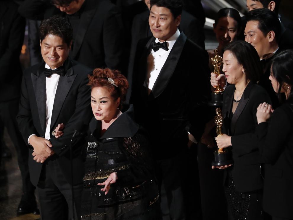 Kwak Sin Ae y Bong Joon-ho recogen el premio a mejor película en los oscar 2020