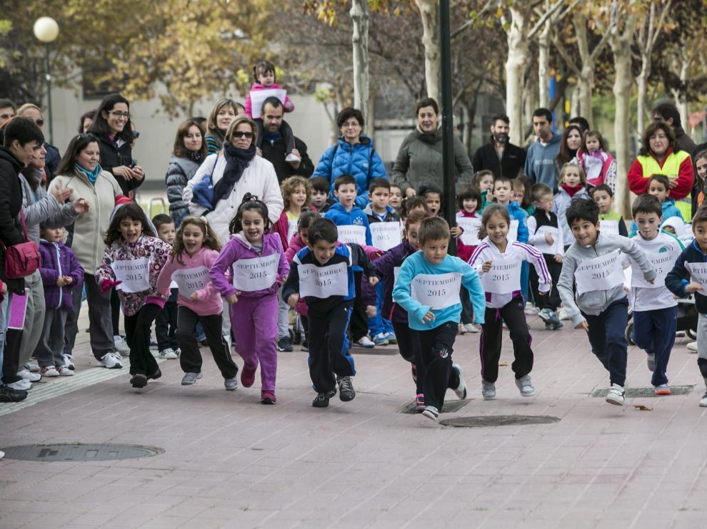 Más de medio centenar de alumnos del colegio Vadorrey, uno de los colegios de Zaragoza que participa en el estudio, en una imagen de archivo de una carrera popular.
