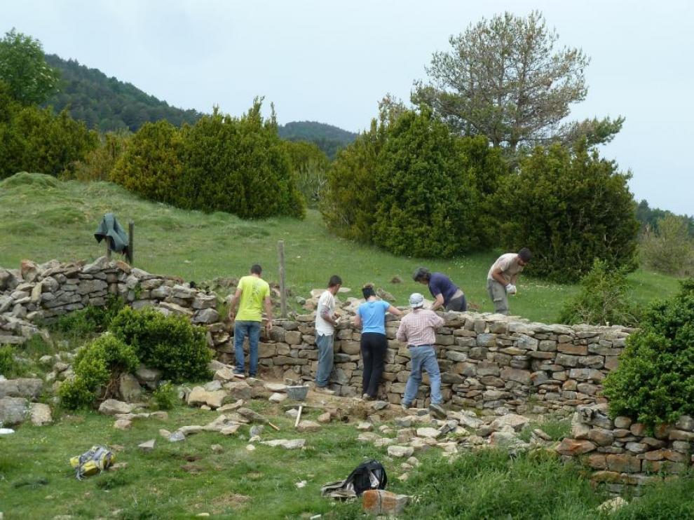 Participantes en uno de los talleres de piedra seca en Sobrarbe.