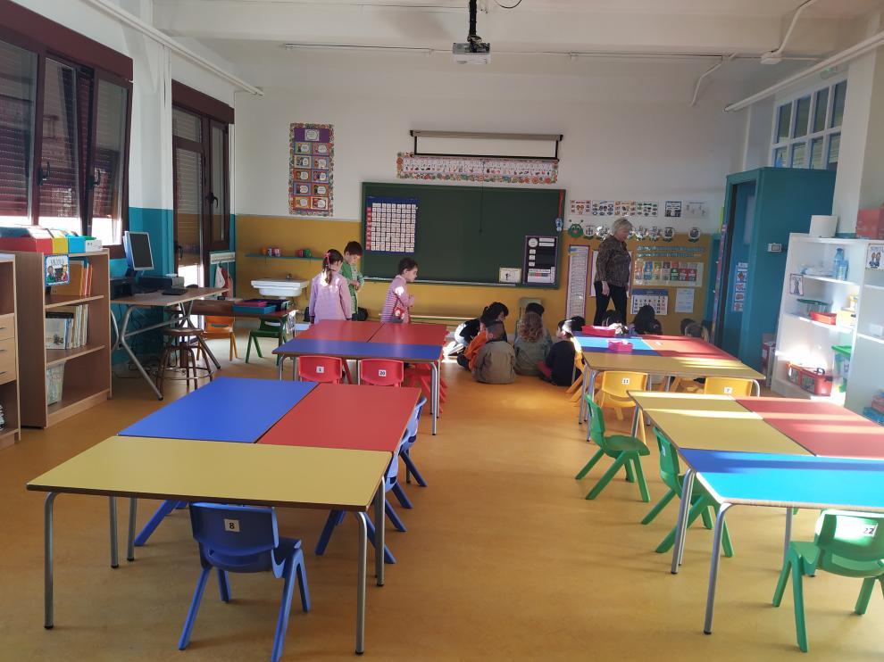 Los niños se preparan para celebrar la asamblea con la que comienzan cada jornada en su aula renovada tras el incendio.