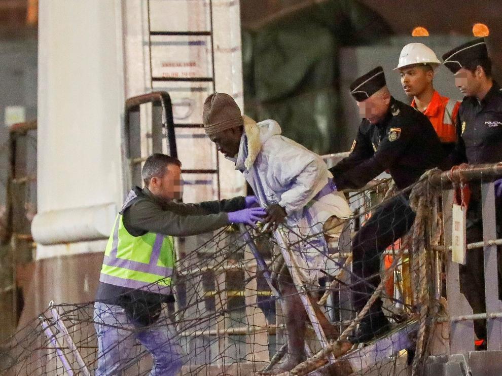 Uno de los supervivientes desembarcando este lunes en Canarias