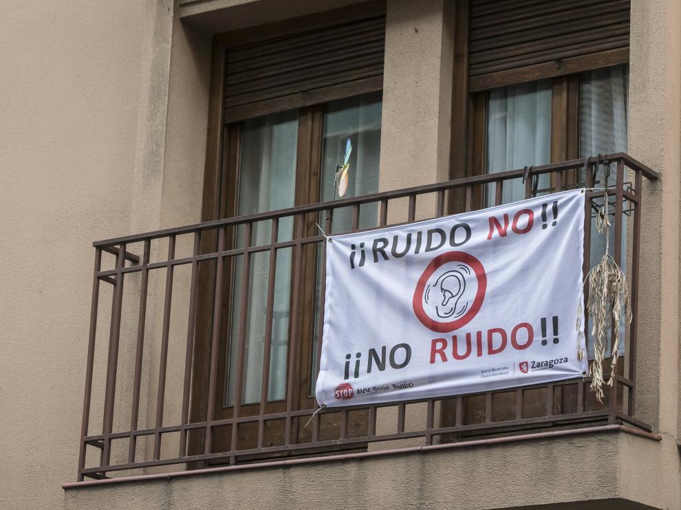 Varios carteles contra el ruido nocturno salpican el Casco Histórico.