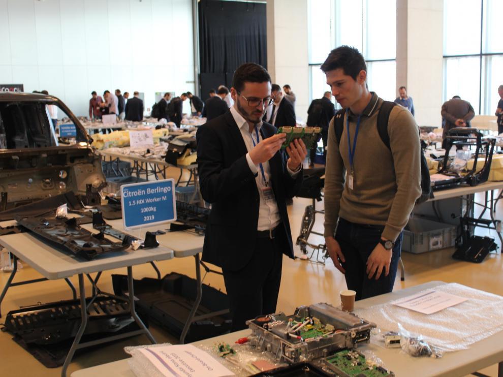 Algunos de los participantes en la feria de vehículos híbridos y eléctricos inaugurada hoy en el Palacio de Congresos de la Expo.