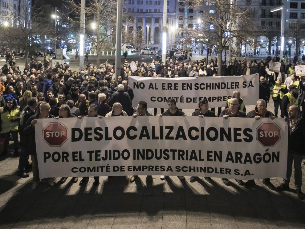 Concentración este pasado lunes en la plaza de España contra el cierre de la producción en la planta zaragozana de Schindler.