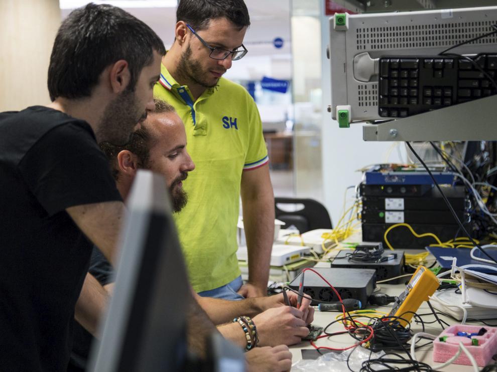 Trabajadores de Telnet, en las instalaciones de la empresa en La Muela.