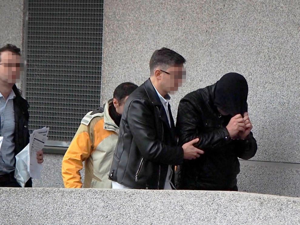 El sospechoso por el homicidio de su pareja en Lugo, escoltado a su entrada a los calabozos.