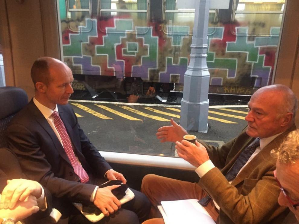 El director de Transporte de la Comisión Europea, Rudd Huijters, en el tren junto al presidente de Nueva Aquitania, Alain Rousset, en 2017, cuando se firmó el primer dossier del Mecanismo Conectar Europa (MEC) en Canfranc.