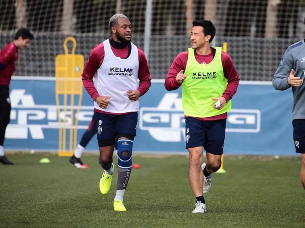 Doukoure corre junto a Okazaki durante el entrenamiento del marte.