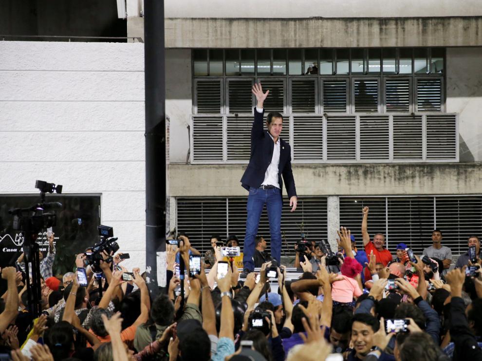 Guaidó saluza a sus simpatizantes durante un encuentro en Caracas este martes.