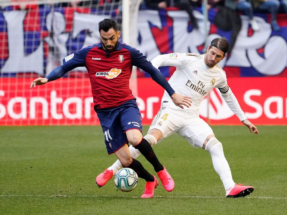 Soccer Football - La Liga Santander - Osasuna v Real Madrid - El Sadar Stadium, Pamplona, Spain - February 9, 2020 Osasuna's Enric Gallego in action with Real Madrid's Sergio Ramos REUTERS/Vincent West [[[REUTERS VOCENTO]]] SOCCER-SPAIN-OSA-MAD/REPORT