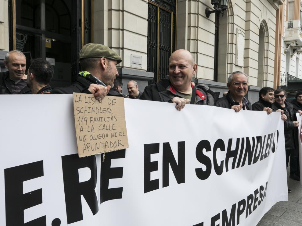Protesta hoy de los trabajadores de Schindler en la plaza de España aprovechando la jornada de huelga parcial.