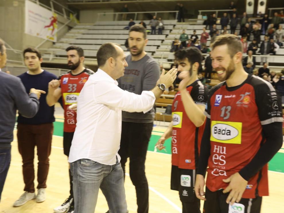 Jose Nolasco celebra con sus jugadores la victoria ante el Liberbank Cantabria Sinfín.