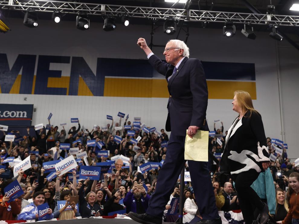 Sanders celebra su victoria junto a su mujer