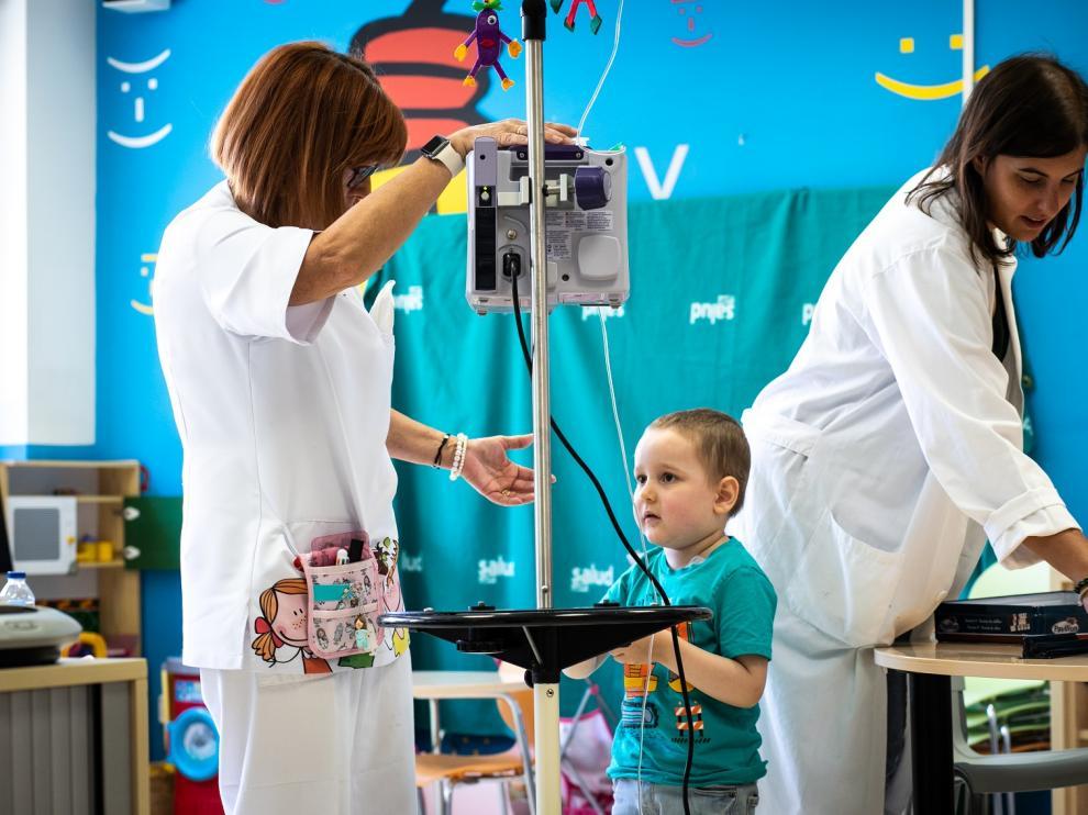 un niño de Aspanoa en el aula hospitalaria del Servet