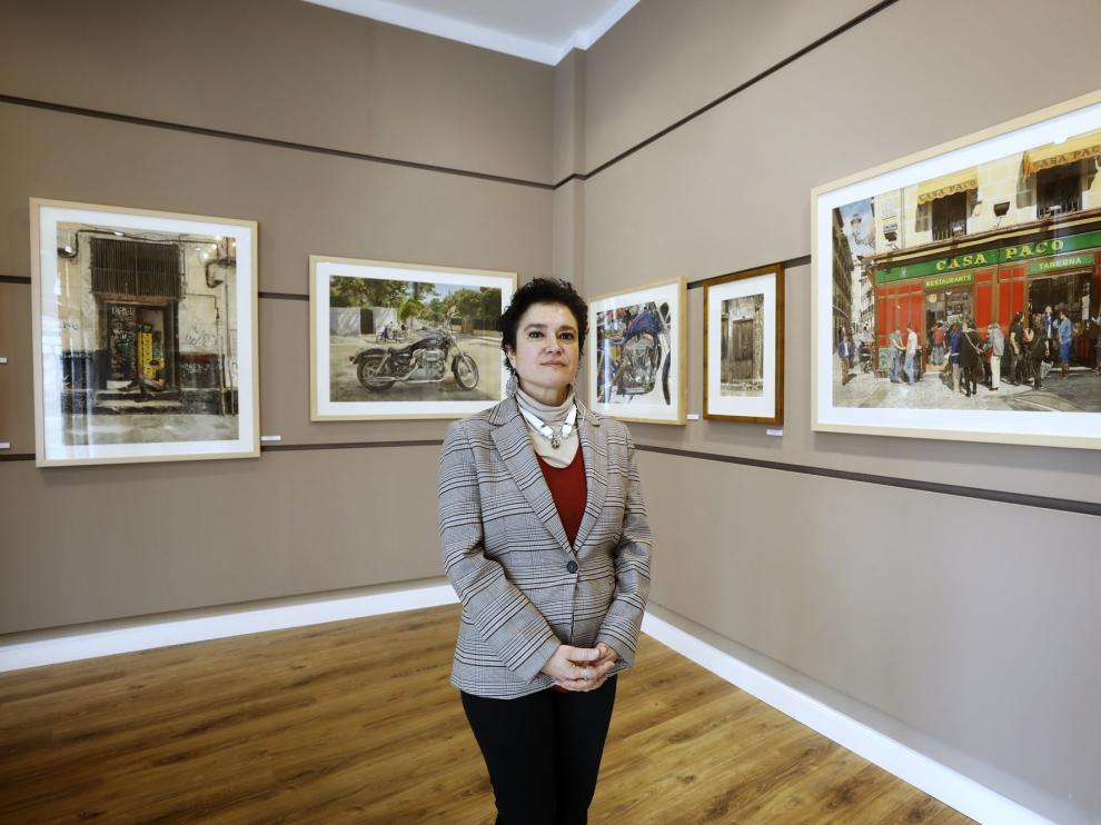Carmen Lapuente, en la sala de Arte Roma donde se exponen las obras de José González Bueno.