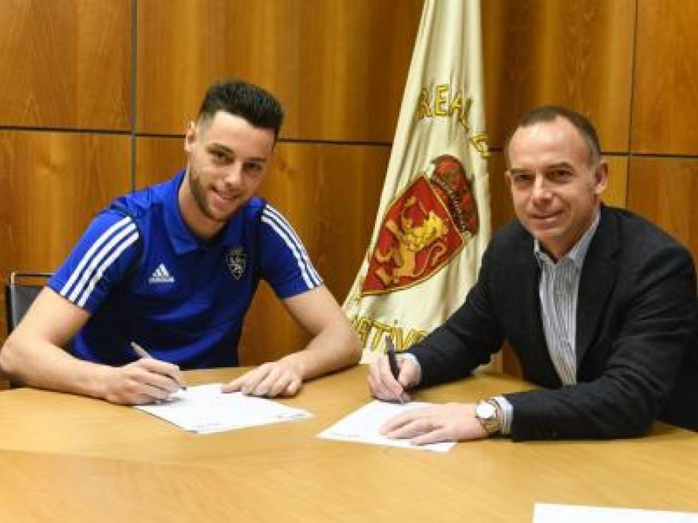 Burgui firma su contrato con el Zaragoza, acompañado del presidente Lapetra.