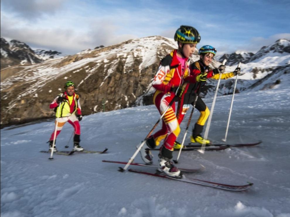Campeones infantiles de la pasada edición de la Travesía Club Montaña Pirineos.