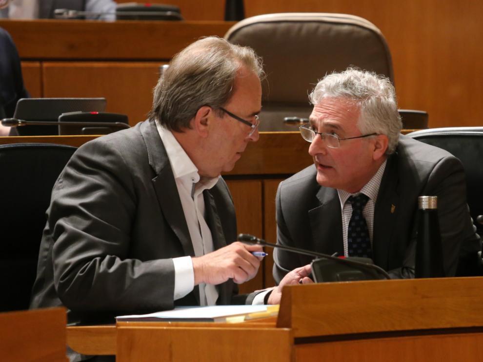 Carlos Pérez Anadón y Joaquín Olona, este jueves en el pleno de las Cortes de Aragón