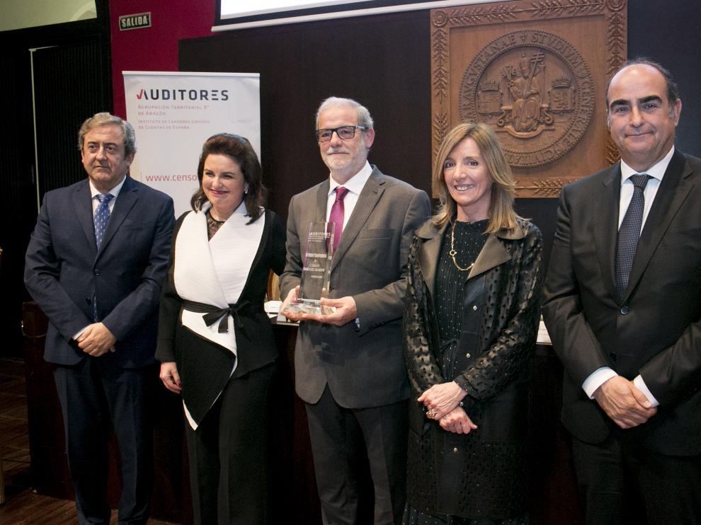 El fiscal Javier Zaragoza (a la izquierda) participó en el acto de los auditores de Aragón y el premio de la transparencia en el Aula Magna del Paraninfo.