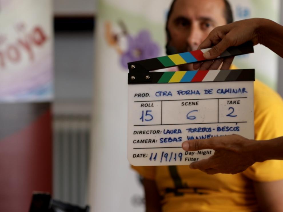 Josan Rodríguez actúa como hilo conductor del documental.
