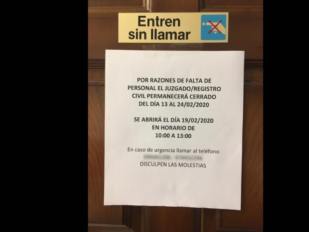 Cartel que anuncia el cierre del juzgado de paz de Sariñena