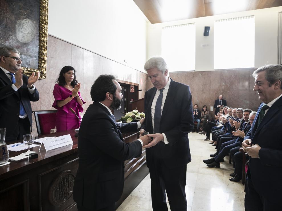 El decano de la Facultad de Derecho, Javier López, entregó la medalla de oro al fiscal Fidel Cadena y Javier Zaragoza.