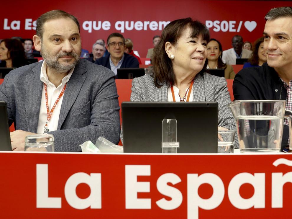 El presidente del Gobierno Pedro Sánchez junto a Ábalos y Narbona.