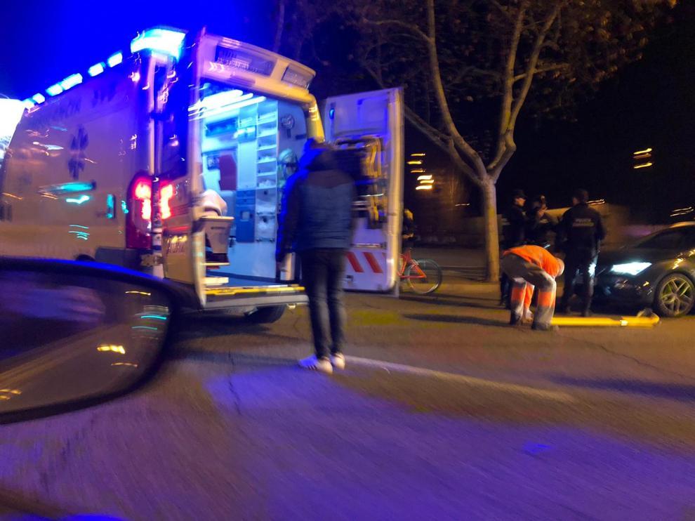 Una ambulancia traslada al ciclista herido este viernes por la noche en el paseo de Echegaray de Zaragoza.