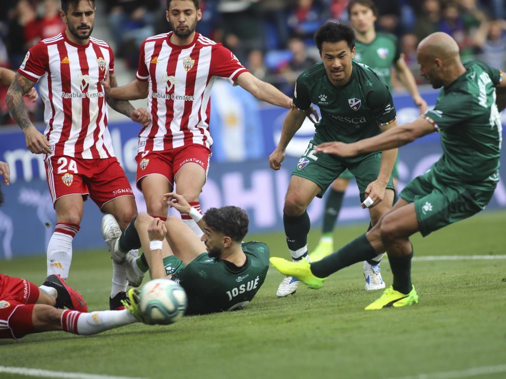 Mikel Rico dispara para conseguir el primero de sus dos goles ante el Almería.