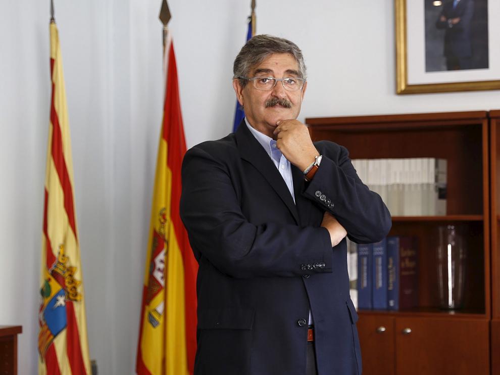 José Luis Abad en su despacho de la Delegación de la DGA en Huesca.
