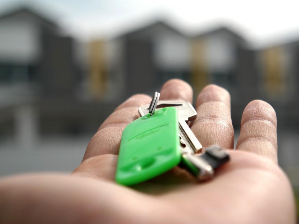 Una de las premisas fundamentales para arrendar una vivienda con garantías es firmar un contrato por escrito.