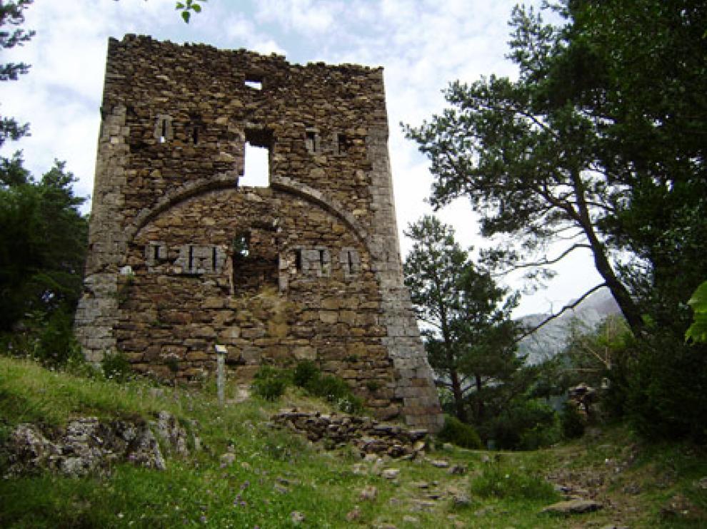 La Torre de Fernando VI o Castillo Nuevo del camino viejo a Oza, del siglo XVIII, uno de los últimos monumentos incluidos en la Lista Roja..