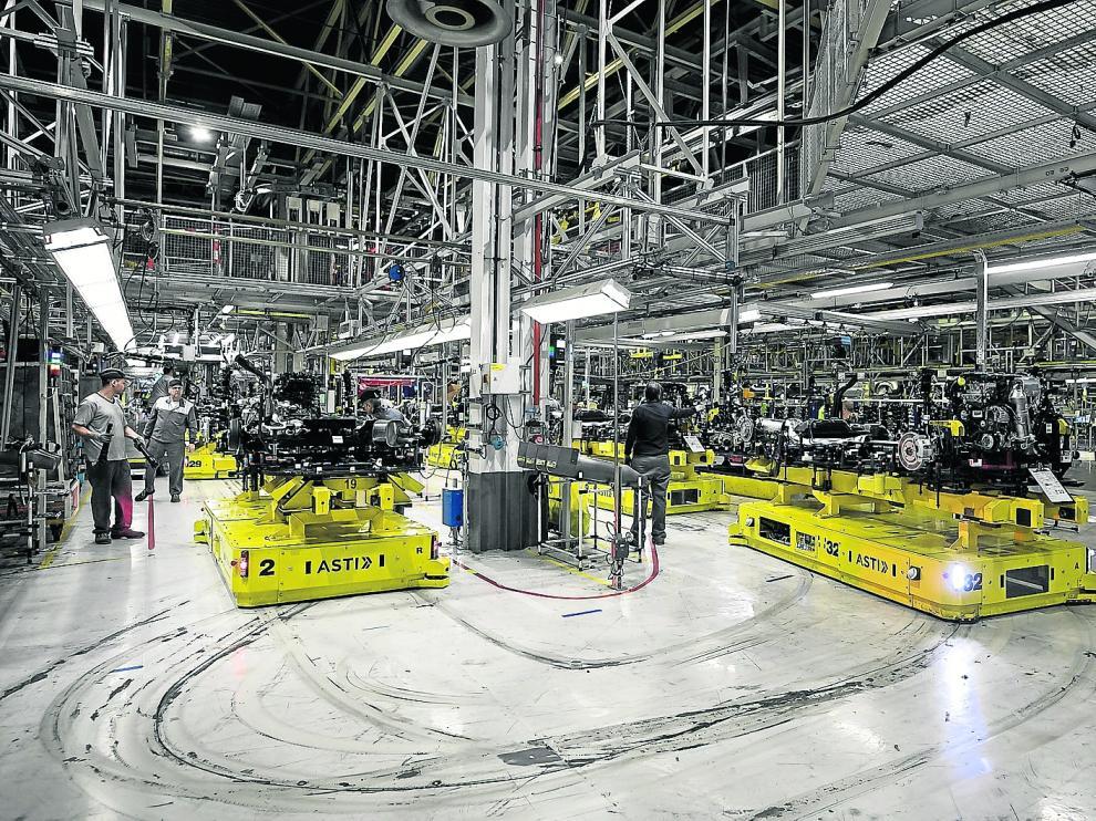 AGV o vehículos autoguiados llevan piezas de toneladas de peso a las líneas para colocarlas en la estructura de los vehículos de PSA.