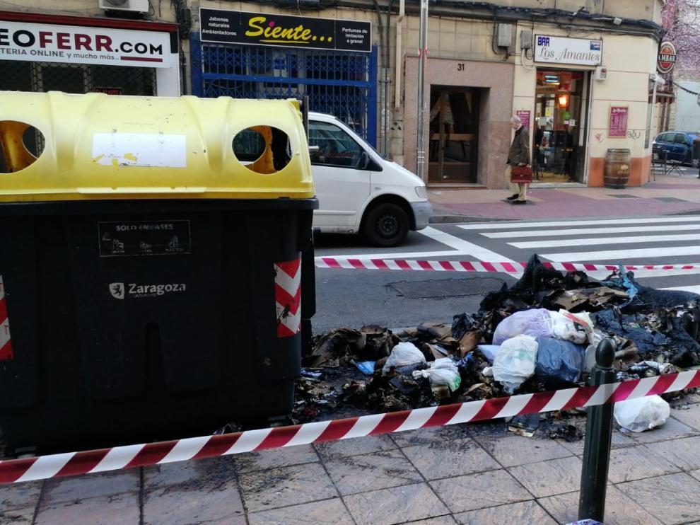 Contenedor quemado en el paseo de Teruel