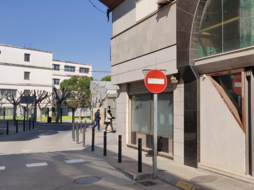 La agresión ocurrió en este portal de la calle La Paz de Fraga.