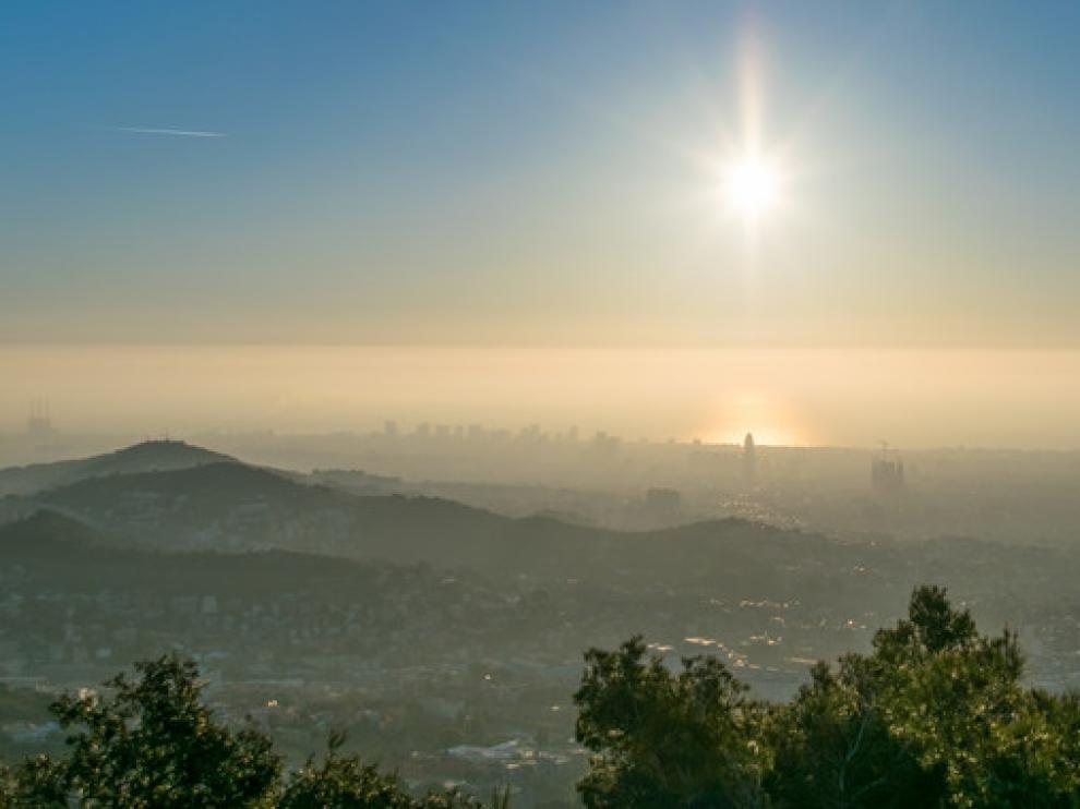 Bruma de contaminación sobre Barcelona.
