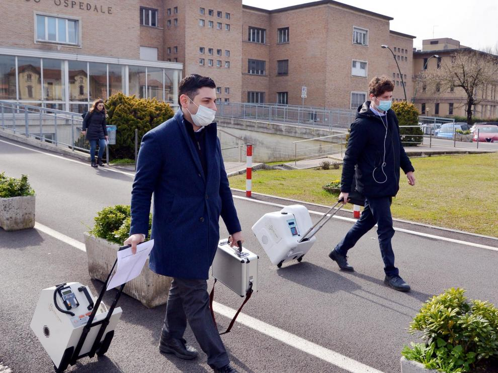 Codogno (lodi) (Italy), 21/02/2020.- Health workers (front, in blue) wearing face masks walk with portable medical equipment in a corridor of the Codogno Civic Hospital, where the Emergency Room has been closed as a precautionary measure, in Codogno near Lodi, northern Italy, 21 February 2020. Six people have been reported infected with the novel coronavirus in Italy, all in the region of Lombardy, authorities said on 21 February. Residents of Codogno have been advised by regional authorities to stay at home as a protective measure and avoid all social contact. (Italia) EFE/EPA/MAURIZIO MAULE Novel coronavirus, six infected in Lombardy, northern Italy