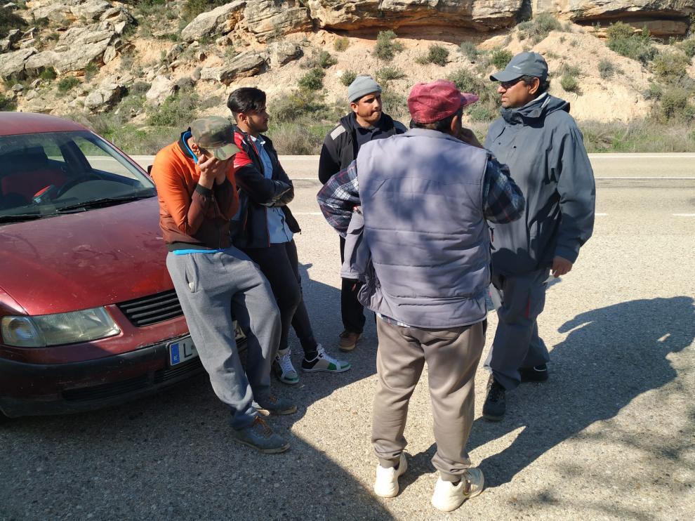 Zubair (a la izquierda, con las manos en la cara), junto a varios familiares en el lugar del accidente.