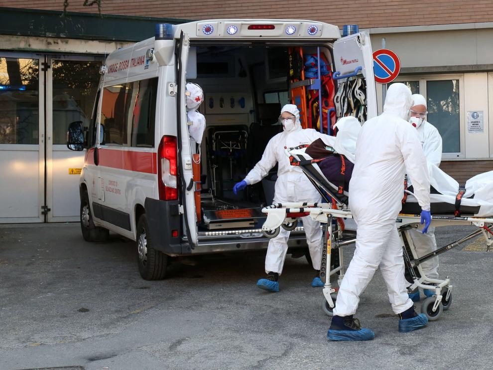 Ambulancias y personal sanitario en el exterior de un hospital de Padua, localidad del norte de Italia
