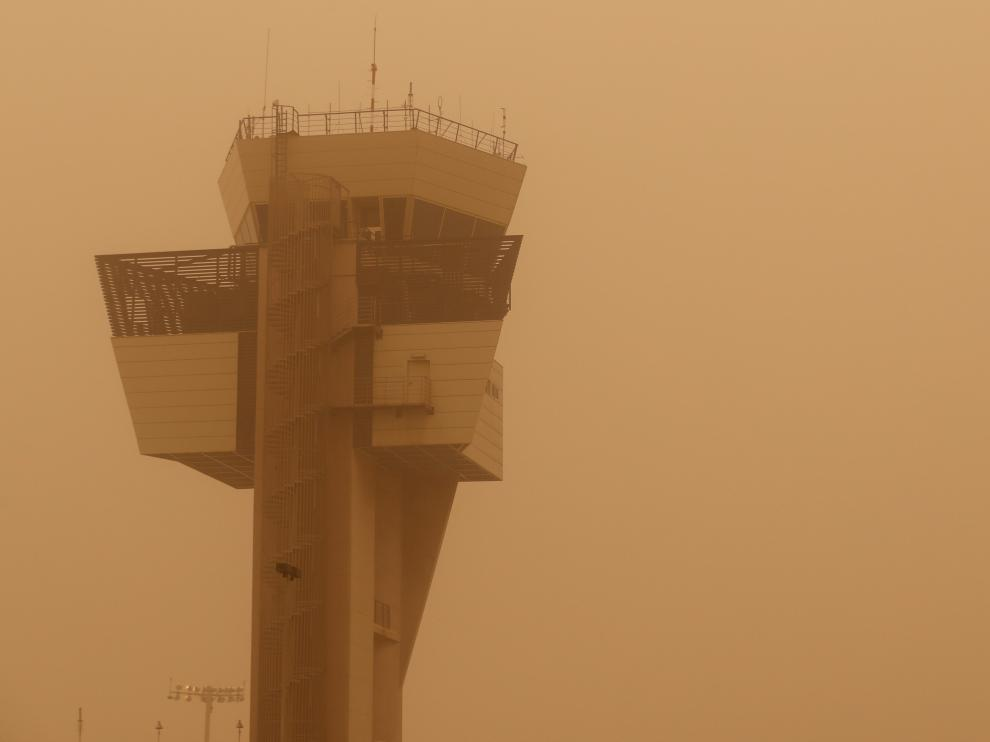 """Control tower is pictured during a sandstorm blown over from North Africa known as """"calima"""" at Las Palmas Airport, Canary Islands, Gran Canaria, February 22, 2020. REUTERS/Borja Suarez [[[REUTERS VOCENTO]]] SPAIN-WEATHER/"""