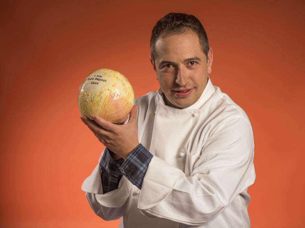 Roberto Alfaro, chef del restaurante Absinthium, con el galardón de la 'Guía Repsol'.
