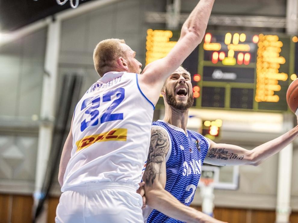 El islandés Hlinason defiende a un jugador de Eslovaquia.